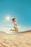 Femme sur la plage Jeune fille sur le sable par la mer Beaut élégant Photo stock