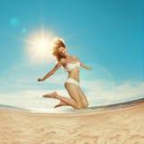Femme sur la plage Jeune fille sur le sable par la mer Beaut élégant Image stock