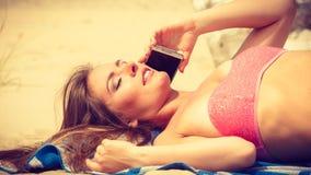 Femme sur la plage parlant par le téléphone portable Photographie stock