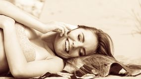 Femme sur la plage parlant par le téléphone portable Image stock