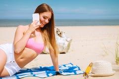 Femme sur la plage parlant par le téléphone portable Photo libre de droits