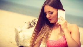 Femme sur la plage parlant par le téléphone portable Photos stock