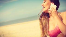 Femme sur la plage parlant par le téléphone portable Images libres de droits
