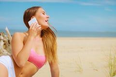 Femme sur la plage parlant par le téléphone portable Images stock