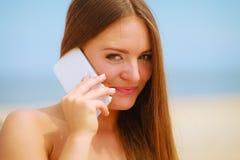 Femme sur la plage parlant par le téléphone portable Photos libres de droits
