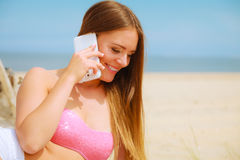 Femme sur la plage parlant par le téléphone portable Photo stock