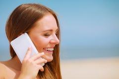 Femme sur la plage parlant par le téléphone portable Image libre de droits