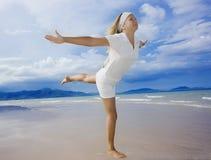Femme sur la plage. Style de vie sain Photos stock