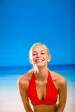 Femme sur la plage tropicale de mer Photos stock