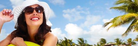 Femme sur la plage. Vacances. Photo stock