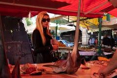 Femme sur la poissonnerie image stock