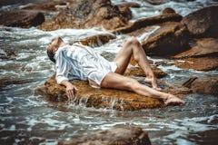 Femme sur la roche en plage photos libres de droits
