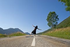Femme sur la route Photos libres de droits