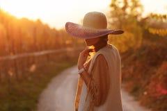 Femme sur la route latérale contry Photo stock