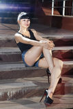 Femme sur la rue d'étapes à la soirée Photos stock