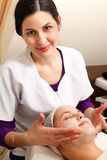 Femme sur la table de massage image stock