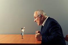 Femme sur la table et l'homme fol Photo libre de droits