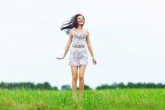 Femme sur la zone d'herbe verte Photos stock