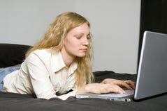 Femme sur le bâti avec l'ordinateur portatif. Images stock