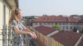 Femme sur le balcon clips vidéos