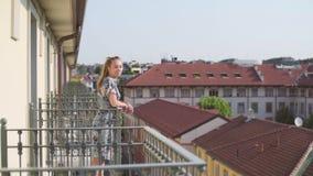 Femme sur le balcon banque de vidéos
