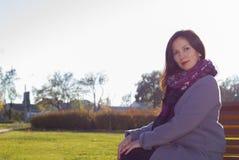 Femme sur le banc photo libre de droits