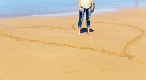 Femme sur le bord de la mer Image stock
