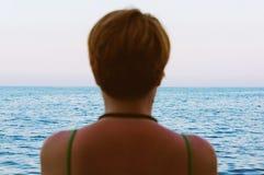 Femme sur le bord de la mer Photos libres de droits