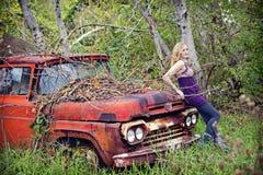 Femme sur le camion de vinatge Images libres de droits