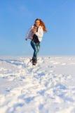 Femme sur le champ de neige Images libres de droits