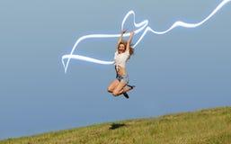 Femme sur le champ vert d'été image stock