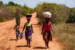 Femme sur le chemin de la maison au Madagascar photos stock
