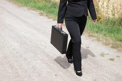Femme sur le chemin de terre avec la serviette Image libre de droits