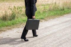 Femme sur le chemin de terre avec la serviette Photographie stock libre de droits