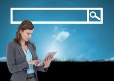 Femme sur le comprimé avec la barre de recherche avec le fond de ciel et d'herbe illustration libre de droits