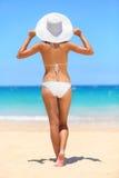 Femme sur le concept de mode de vie de vacances de voyage de plage Photographie stock libre de droits