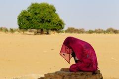 Femme sur le désert Photographie stock libre de droits