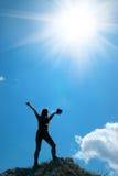 Femme sur le dessus d'une montagne Photo libre de droits