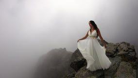 Femme sur le dessus mystique de montagne Photos stock