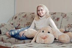 Femme sur le divan photos libres de droits