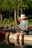 Femme sur le dock photographie stock