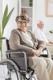 Femme sur le fauteuil roulant Photos stock