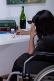 Femme sur le fauteuil roulant prenant des drogues photos libres de droits