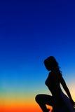 femme sur le fond bleu et orange Images libres de droits