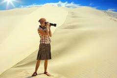 Femme sur le fond de la dune. Photos libres de droits