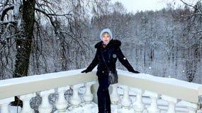 Femme sur le fond de la forêt d'hiver photographie stock