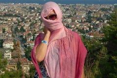 Femme sur le fond de la ville de Marmaris en Turquie Photos stock
