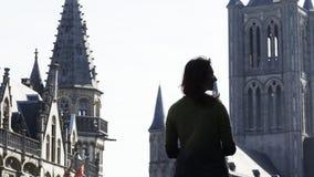 Femme sur le fond de ville clips vidéos