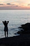 femme sur le fond du coucher de soleil Photo libre de droits