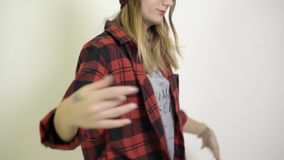 Femme sur le fond et la danse blancs banque de vidéos